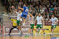 Adrian Pfahl (VFL) in der Luft, gegen links Bozidar Markicevic und rechts Pavel Horak (FAG)
