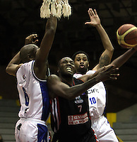 BOGOTA -COLOMBIA, 24 -ABRIL -2015. Arboleda (Izq) y Hunter (Der) de Guerreros de Bogota disputa el balon con Smith  (Centro) de Manizales Once Caldas durante partido de la decimonovena fecha  de la Liga DIRECTV de baloncesto 2015 jugado en el coliseo el Salitre .Guerreros se impuso 94-82 a Manizales Once Caldas . / Arboleda (L)  and Hunter (R) of Guerreros of Bogota in action against Smith (C)   of  Manizales Once Caldas  during  game of  the 19th round of the liga  DIRECTV 2015 of Basketball  played at the Coliseum Salitre .Guerreros won 94-82 to Manizales Once Caldas. Photo / VizzorImage / Felipe Caicedo  / Staff