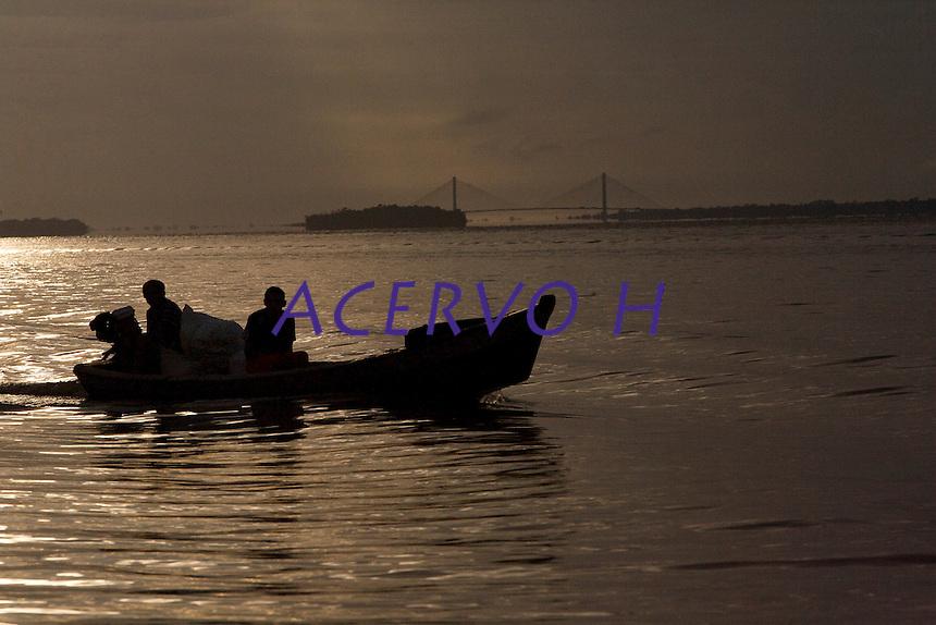 Ribeirinhos no rio Guam&aacute;, as estradas na regi&atilde;o.<br /> <br /> Bel&eacute;m, Par&aacute;, Brasil<br /> Foto Paulo Santos<br /> 19/03/2013 Rio Guam&aacute; pr&oacute;ximo a boca do rio Aur&aacute;.