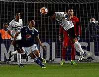 BOGOTÁ - COLOMBIA, 15-08-2018: Roberto Ovelar (Izq.) jugador de Millonarios (COL), disputa el balón con Christian Martinez (Der.) jugador de General Díaz (PAR), durante partido de vuelta entre Millonarios (COL) y General Díaz (PAR), de la segunda fase por la Copa Conmebol Sudamericana 2018, en el estadio Nemesio Camacho El Campin, de la ciudad de Bogotá. / Roberto Ovelar (L) player of Millonarios (COL), fights for the ball with Christian Martinez (R) player of General Diaz (PAR), during a match of the second leg between Millonarios (COL) and General Diaz (PAR), of the second phase for the Conmebol Sudamericana Cup 2018 in the Nemesio Camacho El Campin stadium in Bogota city. VizzorImage / Luis Ramirez / Staff.