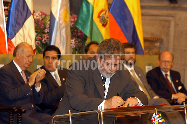 El presidente de Brasil Luiz Inacio Lula da Silva lee la Declaracion de Cuzco creando la Confederacion Sudamericana de Nacionaes en la Iglesia de la Compañia de Jesus de Cuzco *President of Brazil Luiz Inacio da Silva reads the Cuzco Declaration deciding the creation of the South American Nations Comunity in the Jesus Company Church of Cuzco. Argentina, Brazil, Bolivia, Colombia, Chile, Ecuador, Guyana, Paraguay, Surinam, Uruguay and Venezuela signed the declaration creating the comunity. *Le Président du Brésil, Luiz Inacio Lula Da Silva, lit la Déclaration de Cuzco créant la Communauté des Nations Sudaméricaines, dans l'Eglise de la Compañia de Jésus de Cuzco. Argentine, Brésil, Bolivie, Colombie, Chili, Equateur, Guyane, Paraguay, Surinam, Uruguay et Vénézuela ont signé cette déclaration. +personnage, politique, personnalité,