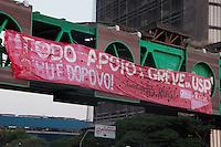 SÃO PAULO-SP-25,08,2014-GREVE NA USP- Os grevistas da Universidade de São Paulo-USP colocam faixa de Apoio à Greve e contra a desvinculação do Hospital Universitário.A Greve já dura 85 dias.A faixa está sobre a Avenida Rebouças  (altura do Shopping Eldorado) na região Oeste da Cidade de São Paulo,na tarde dessa segunda-feira,25(Foto:Kevin David/Brazil Photo Press)