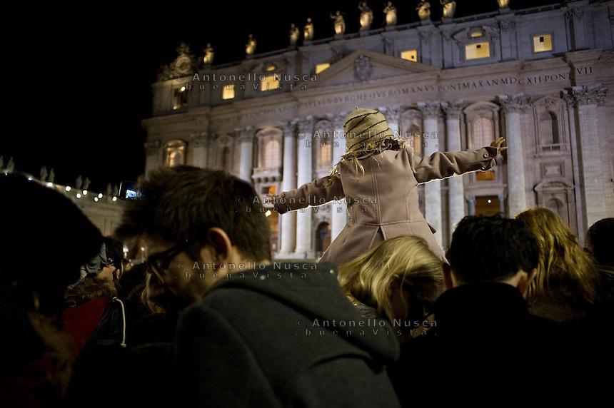Città del Vaticano, 13 Marzo, 2013. Migliaia di pellegrini hanno atteso in Piazza San Pietro sotto una pioggia battente la fumata bianca che ha portato all'elezione di Papa Francesco.