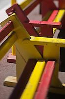 Europe/France/Languedoc-Roussillon/66/Pyrénées-Orientales/Conflent/Villefranche-de-Conflent: La gare d'ou part  le Train jaune de Cerdagne , bancs pour les voyageurs aux couleurs catalanes