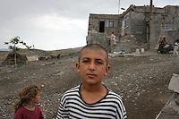 TURCHIA Dogubayazit Kurdistan turco ragazzo con maglia a righe in un villaggio, sullo sfondo una ragazzina.