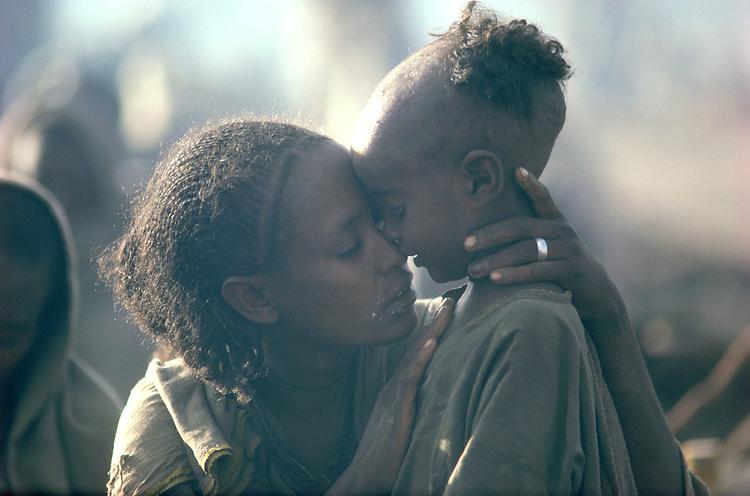 Famine, Korem camp. Wollo, Ethiopia, November 1984.<br /> <br /> 1984 &copy; David BURNETT (CONTACT Press Images)