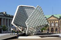 Nationalmuseum und Plastik auf Plac Wolnosci in Posnan (Posen), Woiwodschaft Gro&szlig;polen (Wojew&oacute;dztwo wielkopolskie), Polen Europa<br /> Natianal Museum and sculpture at Plac Wolnosci in Posnan, Poland, Europe