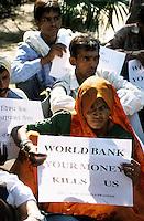 INDIEN Neu Delhi, Adivasi, indische Ureinwohner, und NGO Narmada Bachao Andolan/Bewegung zur Rettung der Narmada auf Demo gegen Staudammpolitik der indischen Regierung und Weltbank Politik - INDIA New Delhi, NBA movement to save the narmada river and adivasi on rally against large dams and world bank policy