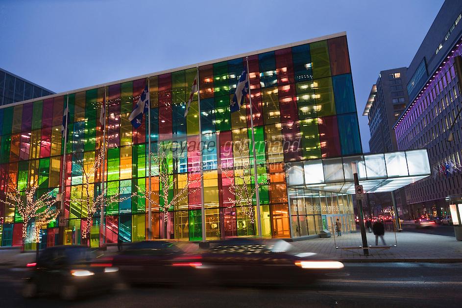 Amérique/Amérique du Nord/Canada/Québec/Montréal: Palais des congrès de Montréal,et sa grande façade en lamelles de verre coloré, place Jean-Paul-Riopelle
