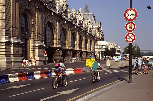 Parisiens en velo a Paris (journee du velo). *** French people on bicycle in Paris (bike's day).