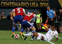 PASADENA - UNITED STATES, 07-06-2016: Edwin Cardona (Der) jugador de Colombia (COL) disputa el balón con Robert Piris Da Motta (C) y Bruno Valdez (Izq) jugador de Paraguay (PAR) durante partido del grupo A fecha 2 por la Copa América Centenario USA 2016 jugado en el estadio Rose Bowl en Pasadena, California, USA. /  Edwin Cardona  (R) player of Colombia (COL) fights the ball with Robert Piris Da Motta (C) and Bruno Valdez (L) player of Paraguay (PAR) during match of the group A date 2 for the Copa América Centenario USA 2016 played at Rose Bowl stadium in Pasadena, California, USA. Photo: VizzorImage/ Luis Alvarez /Str