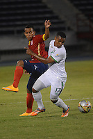 BARRANQUIILLA -COLOMBIA-11-02-2015. Michael Barrios (Izq) de Uniauntónoma disputa el balón con Harrinson Canchimbo (Der) del Deportivo Cali en partido por la fecha 3 de la Liga Aguila I 2015 jugado en el estadio Metropolitano de la ciudad de Barranquilla./ Michael Barrios (L) player of Uniautonoma fights for the ball with  Harrinson Canchimbo (R) player of Deportivo Cali during match valid for the third date of the Aguila League I 2015 played at Metropolitano stadium in Barranquilla city.  Photo: VizzorImage/Alfonso Cervantes/STR