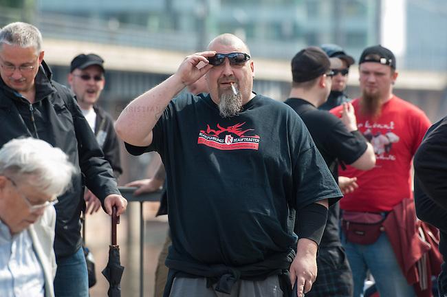 Am Samstag den 26. April 2014 versuchte die Neonazipartei NPD in Berlin erneut einen Aufmarsch durch den Stadtteil Kreuzberg. 6.000 Menschen protestierten mit diversen Blokade dagegen und verhinderten, dass die ca 70 Neonazis weiter als 150m laufen konnten.<br /> So war nach 3 Minuten Marsch f&uuml;r die NPD Schluss und die Neonazis mussten zum Startpunkt am S-Bahnhof Jannowitzbruecke umdrehen. Auch wenn ueber den NPD-Lautsprecherwagen mehrfach behauptet wurde, die Demonstration sei in Kreuzberg, ist doch richtig, dass die Neonazis sich nur in Berlin-Mitte befanden.<br /> Im Bild: Uwe Dreisch, Anfuehrer der verbotenen Neonaziorganisation &quot;Frontbann 24&quot; und Anfuehrer der Neonazipartei &quot;Die Rechte Berlin&quot; traegt ein T-Shirt mit der Aufschrift &quot;Rueckfuehrungsbeauftragter - Ihr Partner in Sachen Transportlogistik&quot;.<br /> 26.4.2014, Berlin<br /> Copyright: Christian-Ditsch.de<br /> [Inhaltsveraendernde Manipulation des Fotos nur nach ausdruecklicher Genehmigung des Fotografen. Vereinbarungen ueber Abtretung von Persoenlichkeitsrechten/Model Release der abgebildeten Person/Personen liegen nicht vor. NO MODEL RELEASE! Don't publish without copyright Christian-Ditsch.de, Veroeffentlichung nur mit Fotografennennung, sowie gegen Honorar, MwSt. und Beleg. Konto:, I N G - D i B a, IBAN DE58500105175400192269, BIC INGDDEFFXXX, Kontakt: post@christian-ditsch.de<br /> Urhebervermerk wird gemaess Paragraph 13 UHG verlangt.]
