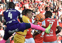 BOGOTÁ -COLOMBIA, 29-01-2017. Robinson Zapata arquero de Santa Fe en acción durante partido de vuelta entre Independiente Santa Fe y Deportivo Independiente Medellin por la SuperLiga Aguila 2017 en el estadio Nemesio Camacho El Campín de la ciudad de Bogotá. / Robinson Zapata goalkeeper of Santa Fe in action during a second leg match between Deportivo Independiente Medellin and Independiente Santa Fe for the SuperLiga Aguila 2017 at Nemesio Camacho El Campin stadium in Bogota city. Photo: VizzorImage/ Gabriel Aponte / Staff