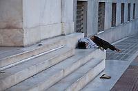Povero dorme in strada, su gradini