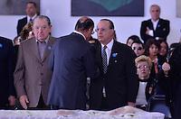 ATENCAO EDITOR IMAGENS EMBAGADAS PARA VEICULOS INTERNACIONAIS - SAO PAULO, SP, 30 SETEMBRO 2012 - VELORIO HEBE CAMARGO - Geraldo Alckmin (e) e Paulo Maluf (d) comparece ao velório do corpo da apresentadora Hebe Camargo, no Palácio dos Bandeirantes, sede do Governo do Estado de São Paulo, na capital paulista, na madrugada deste domingo, 30. Hebe morreu hoje aos 83 anos, de parada cardíaca, na sua casa no bairro do Morumbi, na capital paulista. Diagnosticada com câncer no peritônio em janeiro de 2010, ela lutava contra a doença desde então. (FOTO: LEVI BIANCO / BRAZIL PHOTO PRESS).