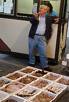 Mercato del pesce di Fiumicino. I pescatori mostrano il pesce ai commercianti e il banditore regola l'asta e i prezzi..Fish market in Fiumicino. Fishermen show the fish to the traders and the auctioneer adjusts the prices ..
