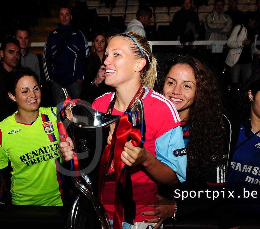 Uefa Women 's Champions League Final 2011 at Craven Cottage Fulham - London : Olympique Lyon - Turbine Potsdam : vreugde bij Lyon na de CL - winst met Lara Dickenmann.foto DAVID CATRY / JOKE VUYLSTEKE / Vrouwenteam.be.