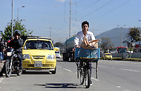 BOGOTÁ-07-02-2013. Un ciclista circula por la autopista Norte, casi desocupada, hoy durante el Día sin Carro. A biker is traveling on the highway North, almost empty, today during the Car Free Day in Bogotá. Photo: VizzorImage/STR