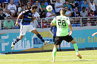 Nils Teixeira (FSV) verteidigt gegen Keon van der Biezen (KSC) - 21.07.2013: FSV Frankfurt vs. Karlsruher SC, Frankfurter Volksbank Stadion