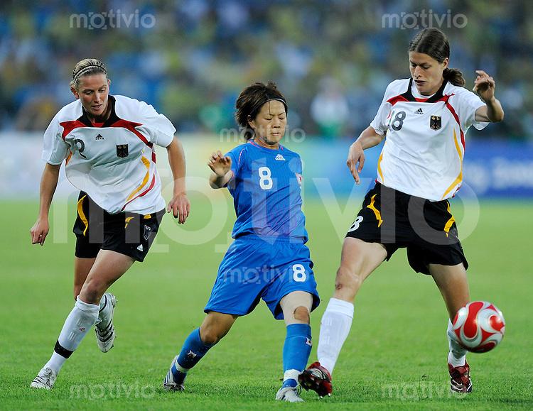 Olympia 2008  Peking  Fussball  Frauen   21.08.2008 Deutschland - Japan Kerstin STEGEMANN (l) und Kerstin GAREFREKES (GER) gegen Aya MIYAMA (JPN).