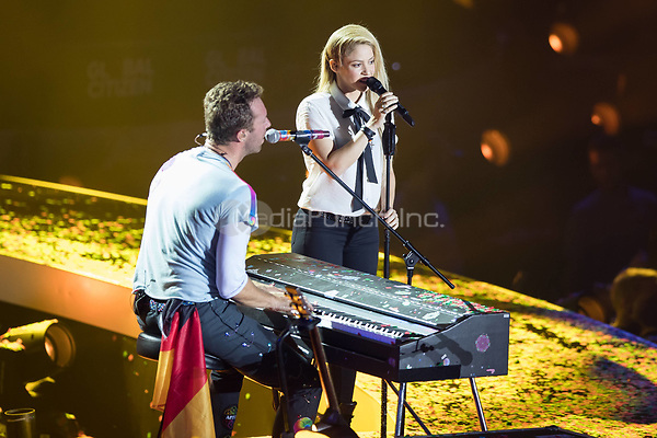 06th July 2017 - Coldplay performs with Shakira at Global Citizen Festival 2017 at Barclaycard Arena in Hamburg, Germany. | Verwendung weltweit/picture alliance /MediaPunch ***FOR USA ONLY***