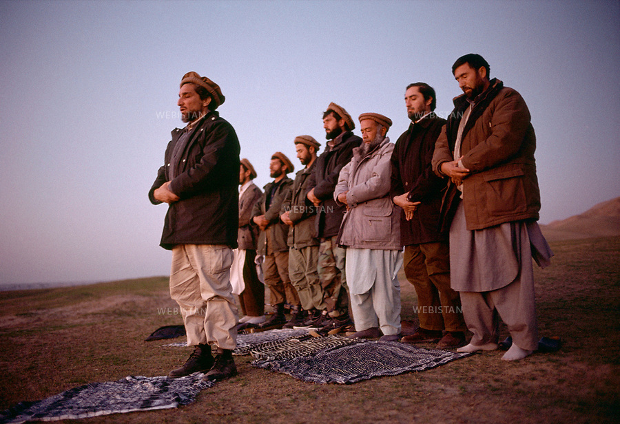Afghanistan. Takhar Province. Dasht-e-Ghala. 2000. At the bunker of Shafagh, Commander Massoud (1953-2001), chief of the Northern Alliance, prays with his men before launching an offensive on the positions of the Taliban. <br /> <br /> Afghanistan. Province du Takhar. Dasht-e-Ghala. 2000. Au bunker de Shafagh, le commandant Massoud (1953-2001), chef de l'Alliance du Nord, prie avec ses hommes avant le lancement d'une offensive sur les positions des Talibans.