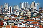 Sobrados e prédios em Perdizes, São Paulo. 2004. Foto de Juca Martins.