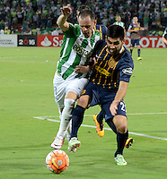 MEDELLÍN - COLOMBIA - 19-05-2016: Alejandro Guerra (Izq.) jugador de Atlético Nacional, disputa el balón con Cristian Vallagra (Der.) jugador de Rosario Central, durante partido de vuelta entre Atletico Nacional de Colombia y Rosario Central de Argentina, partido de cuartos de final, de la Copa Bridgestone Libertadores 2016 jugado en el estadio Atanasio Girardot de la ciudad de Medellín. / Alejandro Guerra (L) player of Atletico Nacional fights for the ball with Cristian Vallagra (R) player of Rosario Central, during a match between Atletico Nacional of Colombia and Rosario Central of Argentina, for the second leg for de quarter of final, for the Copa Bridgestone  Libertadores 2016 at Atanasio Girardot in Medellin city / Photo: VizzorImage / Leon Monsalve / Cont.