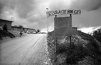 """Terremoto in Umbria .Nocera Umbra  (PG)    13 Marzo 1998.Il campo container """"L'Isola che non c'e'"""", abitato  dai sfollati  della frazione Isola  danneggiata per il terremoto.Earthquake in Umbria.Nocera Umbra (PG) March 13, 1998.Field Container """"The Island that is not there, '"""" inhabited by the displaced population the village of Isola, damaged by the earthquake ."""
