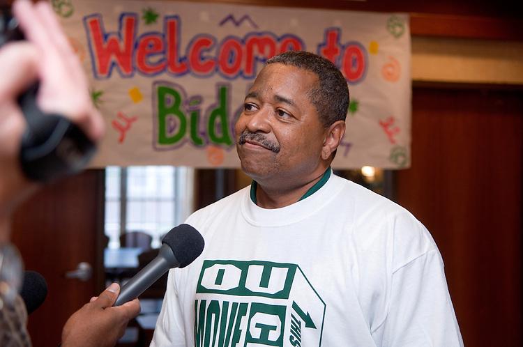 18352President McDavis greeting students during the freshman move in on Friday, August 31, 2007..President McDavis