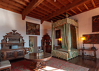 Italy, Piedmont, near Stresa: Isola Madre, the largest of the five Borromean Islands (Isole Borromee) of lake Lago Maggiore, bedroom of Palazzo Madre with a four-poster bed | Italien, Piemont, bei Stresa: Isola Madre, die groesste der fuenf Borromaeischen Inseln im Lago Maggiore, eines der Schlafzimmer mit Himmelbett im Palazzo Madre, heute ein Museum