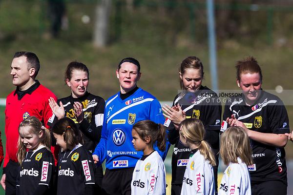 110410 Ume&aring;s Emma Berglund och m&aring;lvakt Caroline J&ouml;nsson innan fotbollsmatchen i Damallsvenskan mellan Hammarby och Ume&aring; den 10 April 2011 i Stockholm. <br /> Foto: Kenta J&ouml;nsson<br /> Nyckelord: fotboll, damallsvenskan, hammarby, ume&aring;