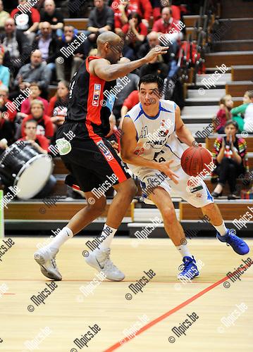2013-11-16 / Basketbal / seizoen 2013-2014 / Kangoeroes Willebroek - Charleroi / Mitchel Gorremans (Kangoeroes) zoekt een weg naar de korf<br /><br />Foto: Mpics.be