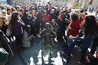 NEW YORK, NY, 08.03.2017 - ESTATUA-NEW YORK - Estatua de uma menina instalada sem autorização da prefeitura em frente da estatua do touro de carga de Wall Street atrai centenas de turistas em Manhattan na cidade de New York nesta quarta-feira, 08. Dia Internacional da Mulher. A State Street Global Advisors, uma terceira maior administradora de recursos do mundo, instalou uma estátua na manhã de ontem terça-feira como parte de uma campanha para pressionar como empresas. (Foto: Vanessa Carvalho/Brazil Photo Press)