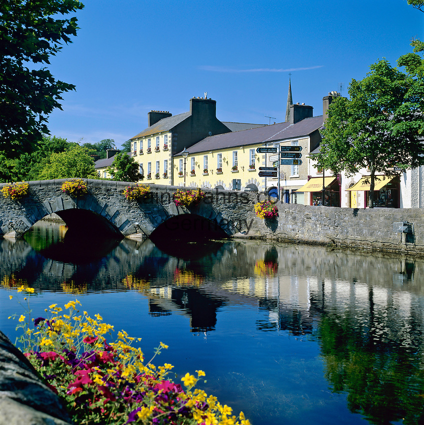 Ireland, County Mayo, Westport: View of town along River Carrowbeg | Irland, County Mayo, Westport: Stadt an der irischen Westkueste am Fluss Carrowbeg