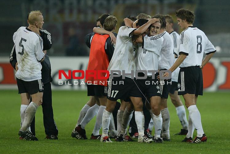 Laenderspiel EM 2004 Qualifikation<br /> Deutschland vs. Schottland 2:1<br /> Die Deutschen Spieler Carsten Ramelow (Nr. 5), Kevin Kuranyi (Nr. 17), Miroslav Klose (Nr. 11) und Sebastian Kehl (Nr. 8) lagen sich nach dem Sieg gegen Schottland in den Armen.<br /> Foto &copy; nordphoto - Ruediger Lampe<br /> <br />  *** Local Caption *** Foto ist honorarpflichtig! zzgl. gesetzl. MwSt.<br />  Belegexemplar erforderlich<br /> Adresse: nordphoto<br /> Georg-Reinke-Strasse 1<br /> 49377 Vechta
