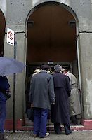 Montreal, November 27th, 2000<br /> People wait in line under a misty rain to vote <br /> for the Canadian Federal election, in `` Westmount / Ville-Marie `` riding <br /> (Montreal Quebec, CANADA) today