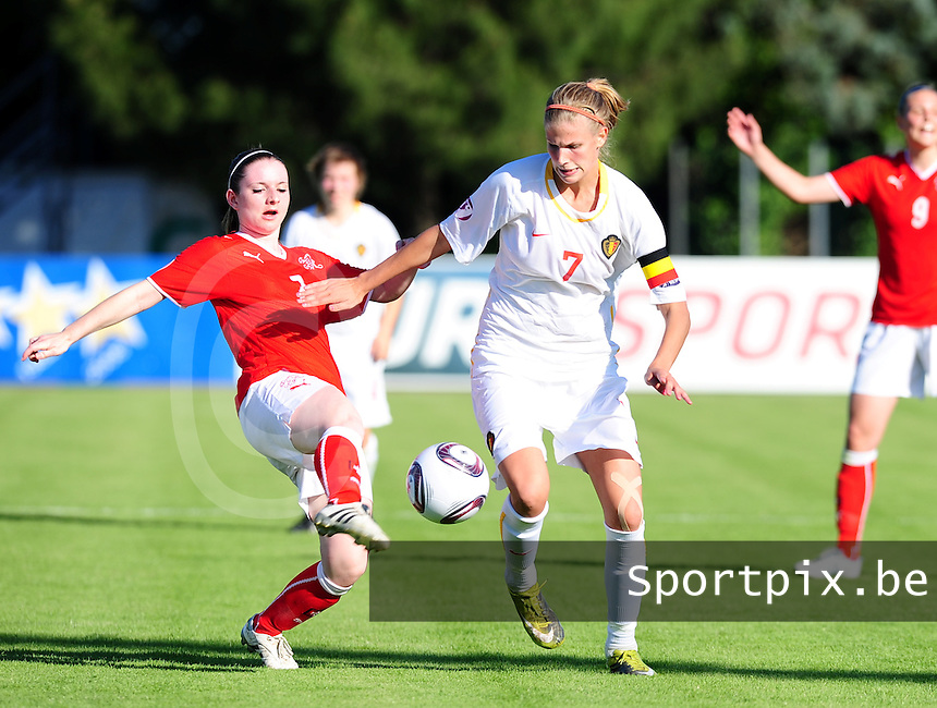 European Women's Under - 19 Championship 2011 Italy :.Switzerland - Belgium U19 :  Justine Vanhaevermaet in duel met Michelle Probst (links).foto DAVID CATRY / VROUWENTEAM.BE