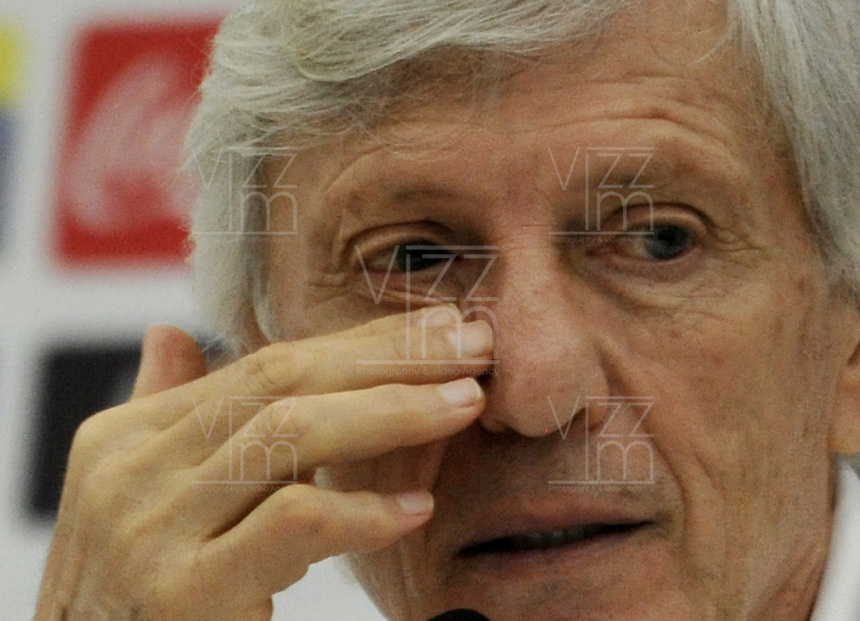 BARRANQUILLA - COLOMBIA -09-11-2016: Jose Pekerman técnico de la Selección Colombia gesticula durante rueda prensa en Barranquilla. Colombia se prepara para el próximo partido contra la seleccion de Chile para la calificificacion a la Copa Mundo FIFA Rusia 2018. / Jose Pekerman coach of Colombia Team gestures during a press conference in Barranquilla. The Colombia Team preparing for the next game against Chile team for the qualifier to FIFA World Cup Russia 2018. Photos: VizzorImage / Luis Ramirez / Staff.