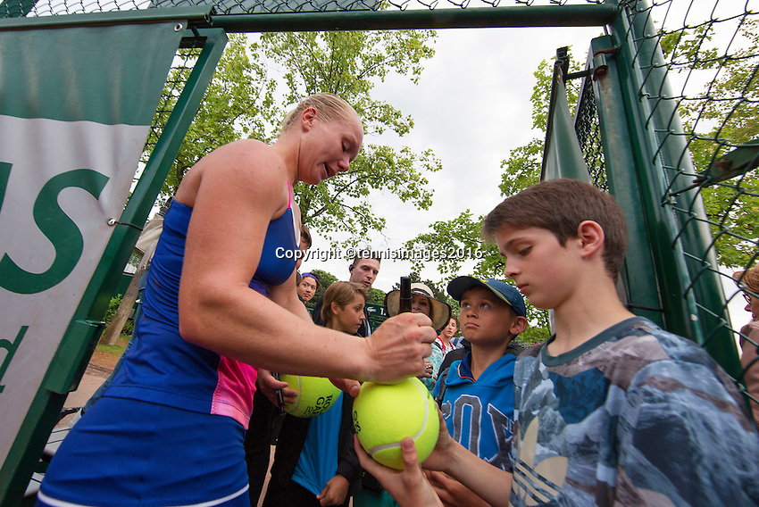 Paris, France, 28 June, 2016, Tennis, Roland Garros, Kiki Bertens (NED) defeated Daria Kasatkina (RUS) and signs autographs<br /> Photo: Henk Koster/tennisimages.com