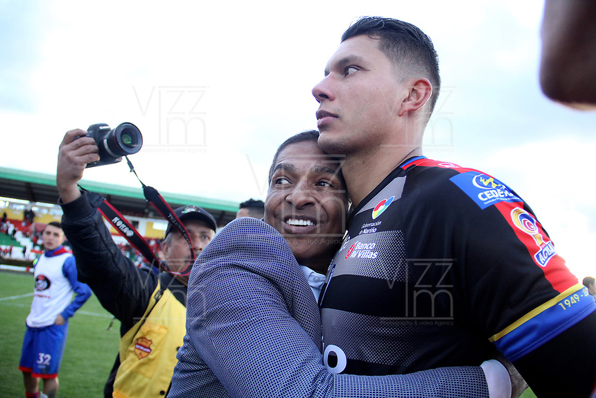 IPIALES - COLOMBIA, 05-06-2019: Alexis Garcia técnico del Pasto celebra con Neto Volpi, arquero, la clasificación a la final después del partido por la fecha 6, cuadrangulares semifinales, de la Liga Águila I 2019 entre Deportivo Pasto y Unión Magdalena jugado en el estadio Estadio Municipal de Ipiales. / Alexis Garcia coach of Pasto celebrates with Neto Volpi, goalkeeper, their classification to the final after a match for the date 6, semifinal quadrangulars, as part of Aguila League I 2019 between Deportivo Pasto and Union Magdalena played at Municipal stadium of Ipiales.  Photo: VizzorImage / Leonardo Castro / Cont
