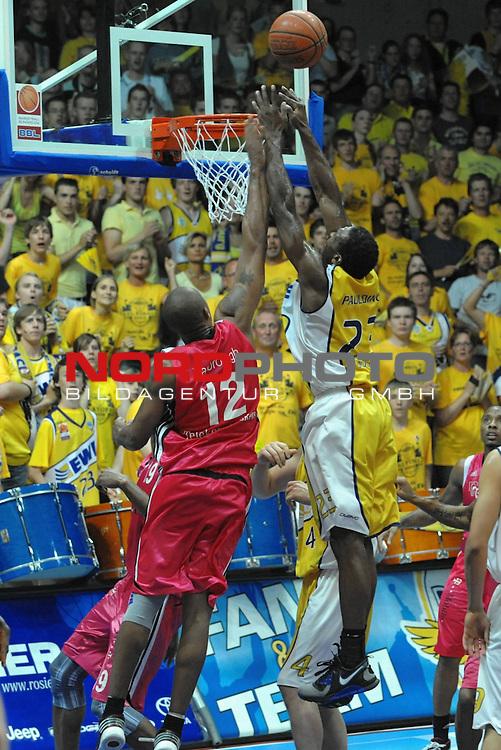 BBL 2008/2009 - Play Off - Finale  Spiel 5 von 5. 25.06.2009 EWE Arena Oldenburg<br /> <br /> EWE Baskets - Telekom Baskets Bonn<br /> <br /> Vincent Yarbrough (Bonn -  #12) gegen Rickey Paulding (#23 - EWE Baskets)<br /> <br /> Foto &copy; nph ( nordphoto )