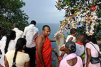 Sri Lanka Trincomalee, Buddhist monk and Tamil Hindu pilgrims at Koneshwaram Hindu temple, view to indian ocean / Sri Lanka Trincomalee , Buddhistischer Moench und tamilische Hindus am Koneshwaram Hindutempel, Blick zum indischen Ozean