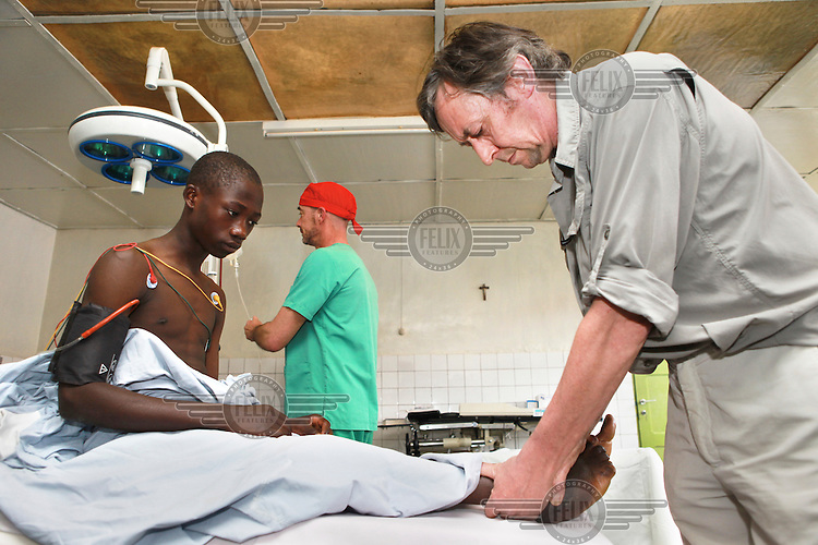 Disabled patients at Ijenda Hospital receive treatment from a team from Doctors Without Vacation consisting of a orthopaedic surgeon and a nurse. In 15 days the team will operate on 46 patients.
