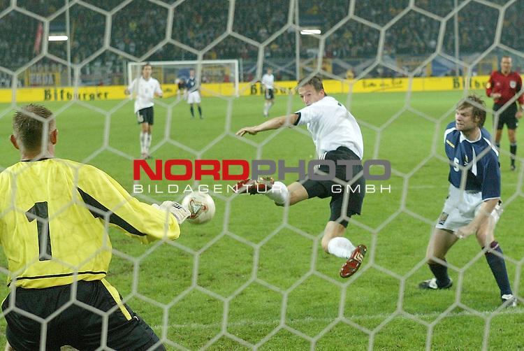 Laenderspiel EM 2004 Qualifikation<br /> Deutschland vs. Schottland 2:1<br /> Fredi Bobis wird im Strafraum gefoult, Elfmeter<br /> <br /> Foto &copy; nordphoto <br />  *** Local Caption *** Foto ist honorarpflichtig! zzgl. gesetzl. MwSt.<br />  Belegexemplar erforderlich<br /> Adresse: nordphoto<br /> Georg-Reinke-Strasse 1<br /> 49377 Vechta