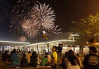 PASAY, FILIPINAS, 05.03.2016 - COMPETIÇÃO-FOGOS - Publico assiste queima de fogos durante comeptição pirotecnica na cidade de Pasay nas Filipinas neste sábado, 05. (Foto: Marlo Cueto/Brazil Photo Press)