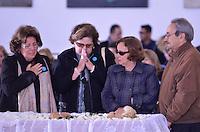 ATENCAO EDITOR IMAGENS EMBAGADAS PARA VEICULOS INTERNACIONAIS - SAO PAULO, SP, 30 SETEMBRO 2012 - VELORIO HEBE CAMARGO - Familiares comparecem ao velório do corpo da apresentadora Hebe Camargo, no Palácio dos Bandeirantes, sede do Governo do Estado de São Paulo, na capital paulista, na madrugada deste domingo, 30. Hebe morreu hoje aos 83 anos, de parada cardíaca, na sua casa no bairro do Morumbi, na capital paulista. Diagnosticada com câncer no peritônio em janeiro de 2010, ela lutava contra a doença desde então. (FOTO: LEVI BIANCO / BRAZIL PHOTO PRESS).