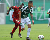 PALMIRA - COLOMBIA, 27-04-2019: Carlos Mario Rodriguez del Cali disputa el balón con un jugador de Rionegro durante partido por la fecha 18 de la Liga Águila I 2019 entre Deportivo Cali y Rionegro Águilas jugado en el estadio Deportivo Cali de la ciudad de Palmira. / Carlos Mario Rodriguez of Cali vies for the ball with a player of Rionegro during match for the date 16 as part Aguila League I 2019 between Deportivo Cali and Rionegro Aguilas played at Deportivo Cali stadium in Palmira city.  Photo: VizzorImage / Nelson Rios / Cont
