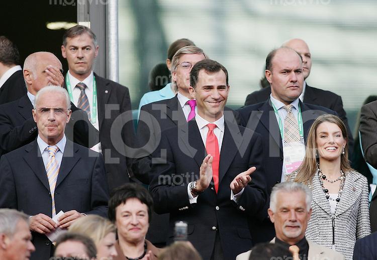 Fussball WM 2006 Achtelfinale  Spanien - Frankreich Kronprinz Felipe von Spanien (mitte) und Ehefrau Letizia Ortiz (re) und Franz Beckenbauer (li)